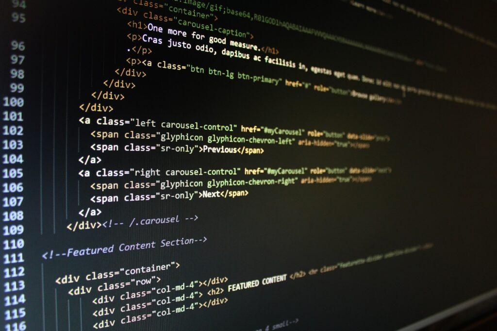 HTML-Code auf einem Computer-Monitor
